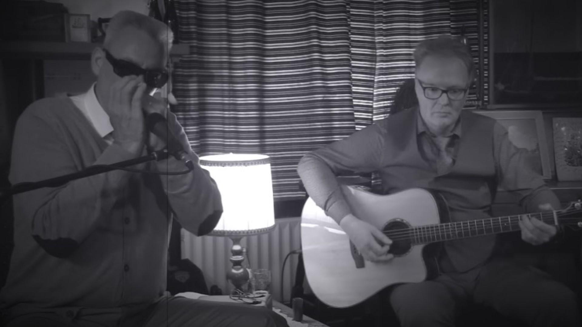 Harp Mitch, op mondharmonica's, gitaar en zangsamen metHelmut Jakobs op gitaar.
